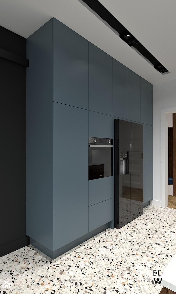 MIESZKANIE W KAMIENICY - Mała otwarta biała czarna kuchnia jednorzędowa w aneksie, styl nowoczesny - zdjęcie od BDWstudio
