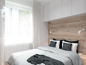 Mieszkanie na Odolanach - Mała biała sypialnia małżeńska, styl skandynawski - zdjęcie od BDWstudio