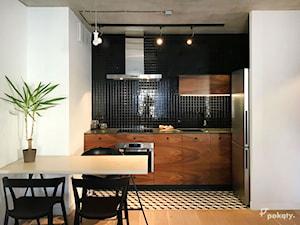 Kawalerka w centrum Wrocławia - Średnia otwarta biała czarna kuchnia w kształcie litery l, styl industrialny - zdjęcie od Pokąty