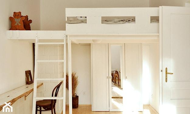 łóżko na antresoli, szafa z lustrem, drewniana podłoga, biurko pod antresolą