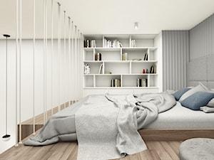 MiniMaxy - MINImum powierzchni, MAXImum funkcjonalności - Mała biała szara sypialnia małżeńska na antresoli, styl nowoczesny - zdjęcie od Julia Wilczyńska ⚫️ punctum architecture