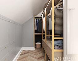 Sypialnia z garderobą - Mała zamknięta garderoba na poddaszu, styl nowoczesny - zdjęcie od zietarska.pl - pracownia projektowa