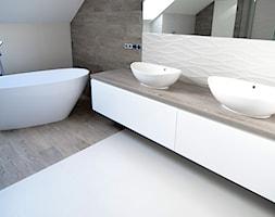 Realizacja Rosanów - Duża beżowa łazienka na poddaszu w domu jednorodzinnym z oknem - zdjęcie od Mariani s.c.