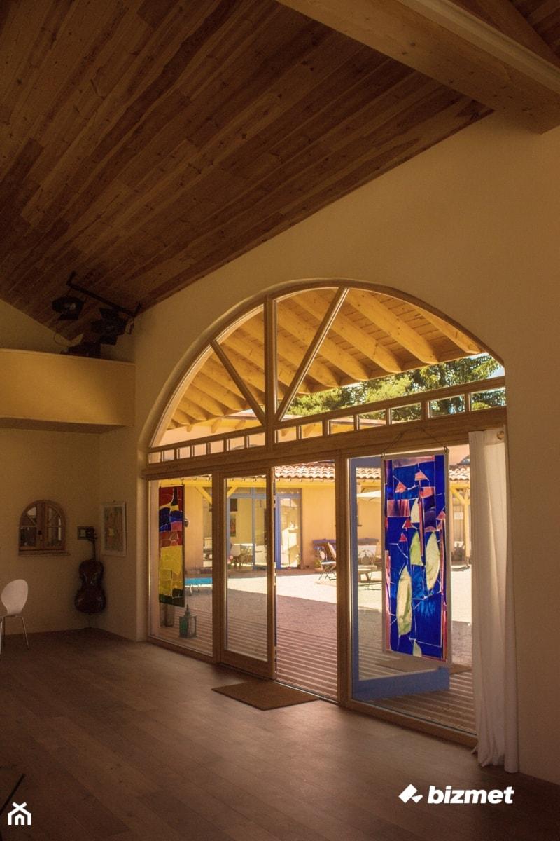 Aranżacje wnętrz - Wnętrza publiczne: Nietypowa stolarka drewniana - bizmet - okna, drzwi, kominki, bramy. Przeglądaj, dodawaj i zapisuj najlepsze zdjęcia, pomysły i inspiracje designerskie. W bazie mamy już prawie milion fotografii!