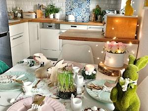 Wnętrze - Średnia otwarta biała niebieska kuchnia w kształcie litery g w aneksie z oknem - zdjęcie od Healthylifestyle_domi_