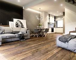Nowoczesny salon z betonem i drewnianą podłogą - zdjęcie od Auroom Concept - Homebook
