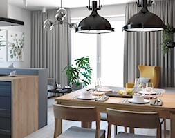 Otwarta jadalnia z ciemnymi lampami - zdjęcie od Auroom Concept - Homebook