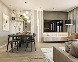 Szary salon ze złotą linią i marmurowym akcentem - zdjęcie od Auroom Concept - Homebook