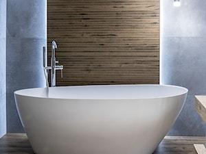 Klimatyczna łazienka z wanną wolnostojącą i drewnem