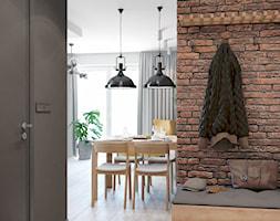 Industrialny przedpokój z cegłą - zdjęcie od Auroom Concept