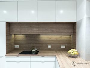 Biała kuchnia z drewnianymi akcentami
