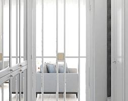 Jasny hol ze szklanymi drzwiami - zdjęcie od Auroom Concept
