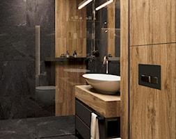 Łazienka w czerni z drewniamym akcentem - zdjęcie od Auroom Concept - Homebook