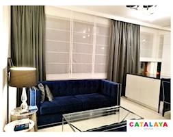 Mały biały salon z kuchnią z jadalnią, styl glamour - zdjęcie od CATALAYA DESIGN