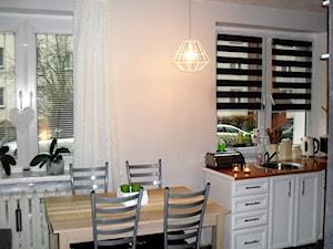 Mała otwarta biała kuchnia jednorzędowa w aneksie z oknem - zdjęcie od MałgorzataL