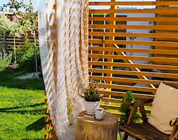Ogród - Średni ogród za domem w stylu skandynawskim z pergolą - zdjęcie od angie.house