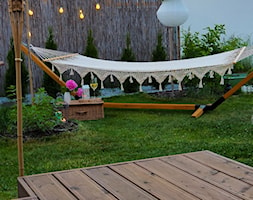 Ogród - Średni ogród za domem z hamakiem - zdjęcie od angie.house