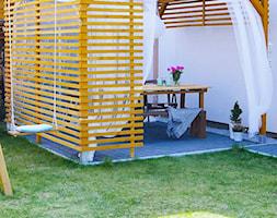 Ogród - Mały ogród za domem z pergolą z huśtawką - zdjęcie od angie.house