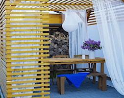 Ogród - Mały ogród za domem z altaną z pergolą - zdjęcie od angie.house