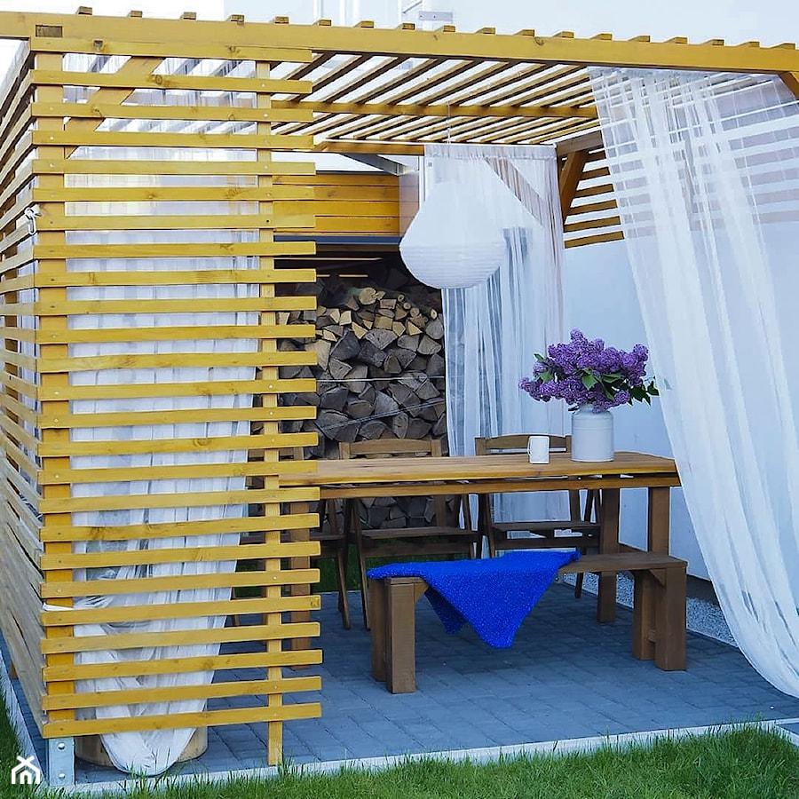 Aranżacje wnętrz - Ogród: Ogród - Mały ogród za domem z altaną z pergolą - angie.house. Przeglądaj, dodawaj i zapisuj najlepsze zdjęcia, pomysły i inspiracje designerskie. W bazie mamy już prawie milion fotografii!