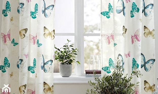 białe zasłony w kolorowe motylki, biała doniczka