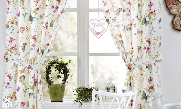 białe krzesła, białe zasłony w drobne kwiatki