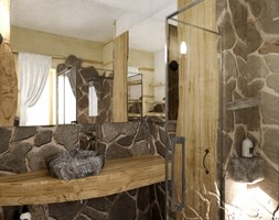 Dom z bali w Jordanowie - Mała szara łazienka na poddaszu w bloku w domu jednorodzinnym z oknem, styl tradycyjny - zdjęcie od balhouse - projektowanie wnętrz