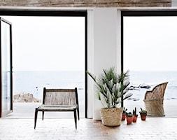 Mały biały salon z tarasem / balkonem, styl skandynawski - zdjęcie od moremadam.pl - Homebook