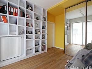 Kolorowy minimalizm, 95m2 - Średnie białe żółte biuro w pokoju, styl nowoczesny - zdjęcie od hokum architekci