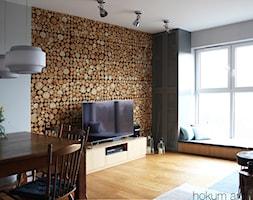 Mieszkanie w leśnym stylu, 80m2 - Średni szary salon z jadalnią z tarasem / balkonem, styl skandynawski - zdjęcie od hokum architekci