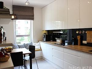 Apartament dla dwojga 81m2 - Mała zamknięta biała kuchnia w kształcie litery u z oknem, styl nowoczesny - zdjęcie od Hokum Architekci