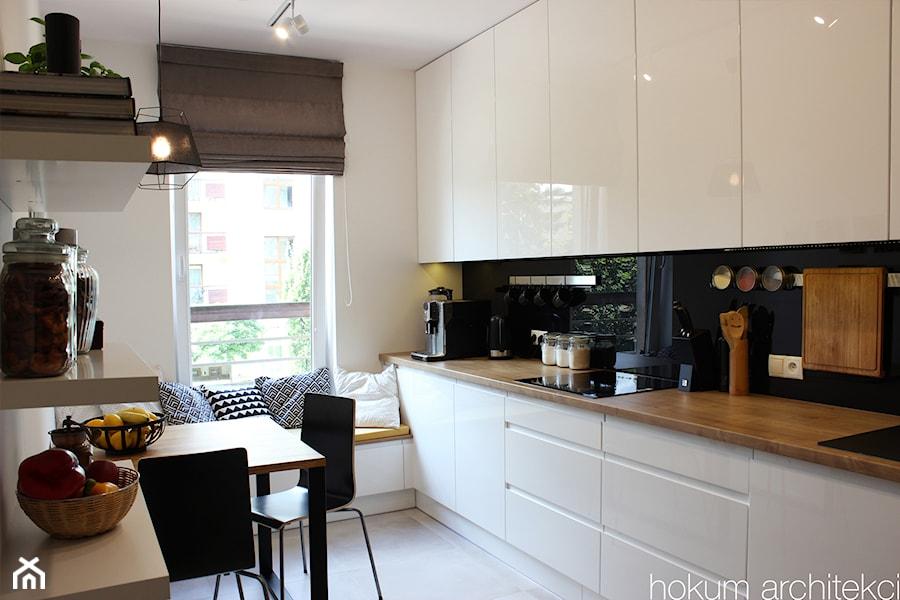 Aranżacje wnętrz - Kuchnia: Apartament dla dwojga 81m2 - Mała zamknięta biała kuchnia w kształcie litery u z oknem, styl nowoczesny - hokum architekci. Przeglądaj, dodawaj i zapisuj najlepsze zdjęcia, pomysły i inspiracje designerskie. W bazie mamy już prawie milion fotografii!