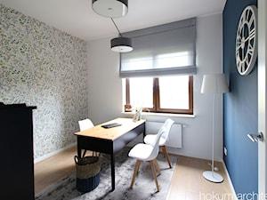 Dom w okolicach Warszawy, 250m2 - Średnie niebieskie kolorowe białe biuro domowe w pokoju, styl eklektyczny - zdjęcie od Hokum Architekci