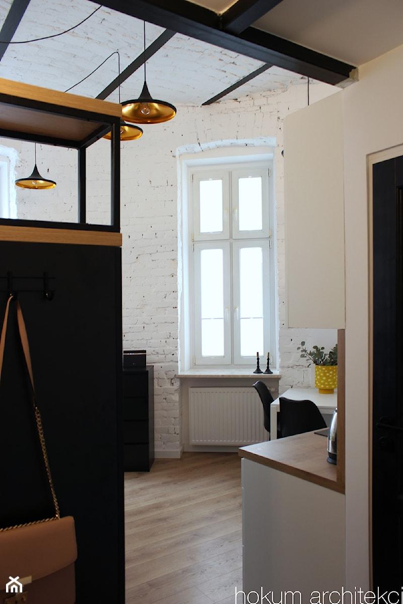 Małe mieszkanie z antresolą, 20m2. - Średni biały hol / przedpokój, styl industrialny - zdjęcie od hokum architekci
