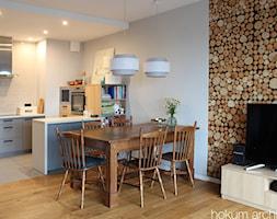 Mieszkanie w leśnym stylu, 80m2 - Średni szary salon z bibiloteczką z kuchnią z jadalnią, styl skandynawski - zdjęcie od hokum architekci