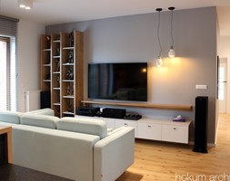 Mieszkanie na Pradze, 78m2 - Mały szary biały salon, styl industrialny - zdjęcie od hokum architekci
