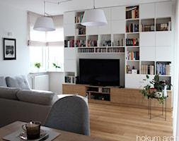 Mieszkanie z widokiem na wodę, 70m2 - Mały szary salon z jadalnią, styl skandynawski - zdjęcie od hokum architekci