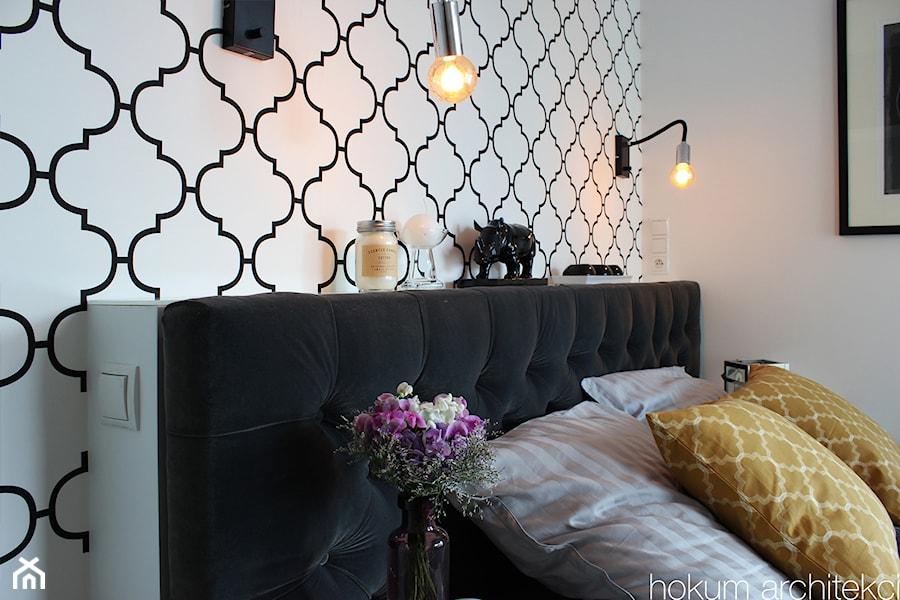 Aranżacje wnętrz - Sypialnia: Apartament dla dwojga 81m2 - Średnia biała sypialnia dla gości, styl nowojorski - hokum architekci. Przeglądaj, dodawaj i zapisuj najlepsze zdjęcia, pomysły i inspiracje designerskie. W bazie mamy już prawie milion fotografii!