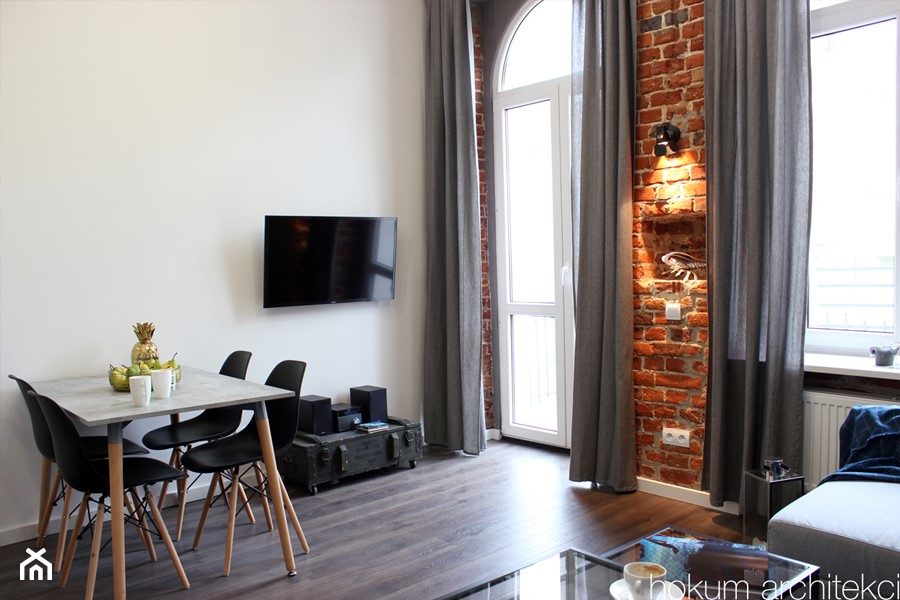 Kawalerka w kamienicy 27m2 - Średni biały salon z jadalnią, styl industrialny - zdjęcie od hokum architekci