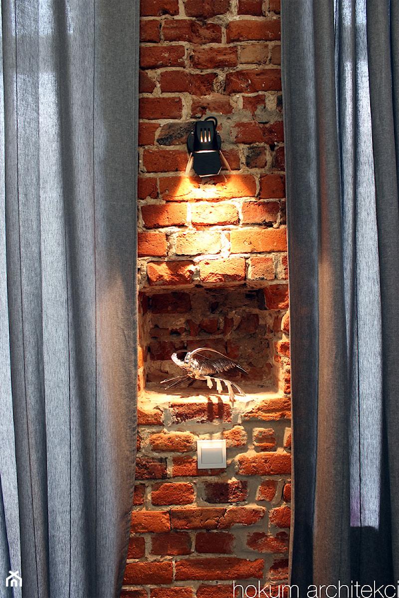 Kawalerka w kamienicy 27m2 - Salon, styl industrialny - zdjęcie od hokum architekci