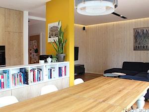 Cały dom (bryła+wnętrze) 190m2 - Średnia otwarta żółta jadalnia w kuchni w salonie, styl skandynawski - zdjęcie od hokum architekci