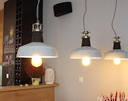 Mieszkanie na Pradze, 78m2 - Biała czarna jadalnia w kuchni, styl industrialny - zdjęcie od hokum architekci