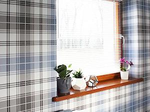 Dom w Klęku 300m2 - Mała kolorowa łazienka na poddaszu w bloku w domu jednorodzinnym z oknem, styl skandynawski - zdjęcie od hokum architekci