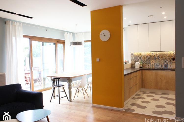Cały dom (bryła+wnętrze) 190m2 - Mała otwarta szara kuchnia w kształcie litery u, styl skandynawski - zdjęcie od Hokum Architekci - Homebook