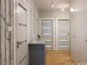 Mieszkanie w leśnym stylu, 80m2 - Średni szary hol / przedpokój, styl skandynawski - zdjęcie od hokum architekci