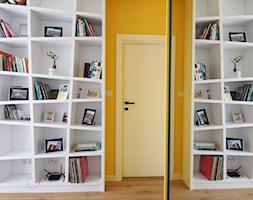 Kolorowy minimalizm, 95m2 - Średnie białe żółte biuro domowe w pokoju, styl nowoczesny - zdjęcie od hokum architekci