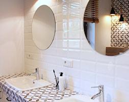 Dom w Zgierzu 150m2 - Biała łazienka w bloku w domu jednorodzinnym bez okna, styl klasyczny - zdjęcie od hokum architekci