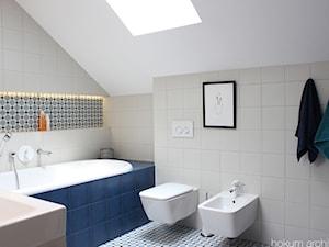Cały dom (bryła+wnętrze) 190m2 - Mała biała niebieska łazienka na poddaszu w domu jednorodzinnym z oknem, styl skandynawski - zdjęcie od hokum architekci