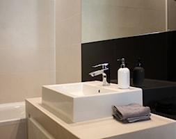 Apartament dla dwojga 81m2 - Mała beżowa czarna łazienka na poddaszu w bloku w domu jednorodzinnym bez okna, styl nowoczesny - zdjęcie od hokum architekci