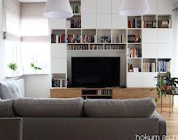 Mieszkanie z widokiem na wodę, 70m2 - Średni biały salon z bibiloteczką, styl skandynawski - zdjęcie od hokum architekci